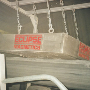 Separatory płytowe podwieszane nad podajnikami taśmowymi